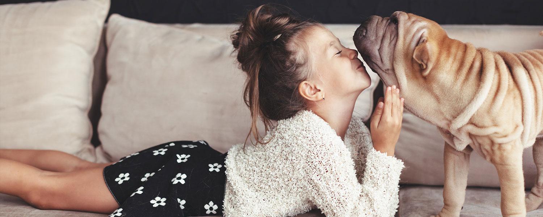 Mädchen gibt Hund einen Kuss